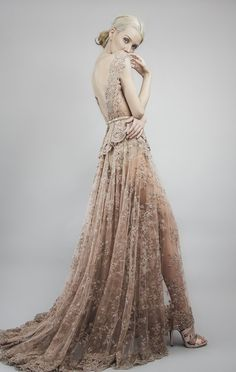Vestido de fiesta con cauda larga,<br>escote pronunciado en espalda tipo