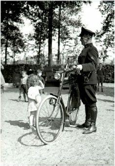Een politieagent knoopt een gesprekje aan met een jeugdige bezoekster van de speelplaats in het Stadswandelpark in 1939. Klik op de afbeelding voor het hele verhaal!