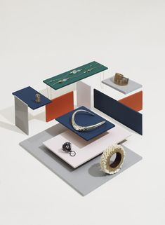Leandro Farina. Display of varying levels of acrylic sheets.