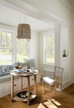 Bonito rincón. Mesa camilla, silla y paredes blancas
