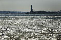Slush: De temperaturen zijn niet inched boven het vriespunt veel de hele maand februari, waardoor de grote bevriezing van het Oosten en Hudson rivieren.  Boven, het Vrijheidsbeeld is te zien op woensdag in het midden van New York Harbor, wendde zich tot slush