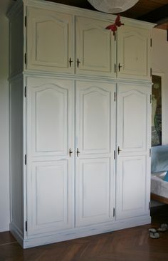 armadio con linee classiche verniciato effetto provenzale consumato azzurro prima mano, bianco sporco seconda, il tutto opaco.