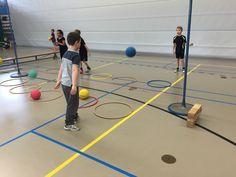 Gooi de bal over de lijn in de hoepel van het andere kind.
