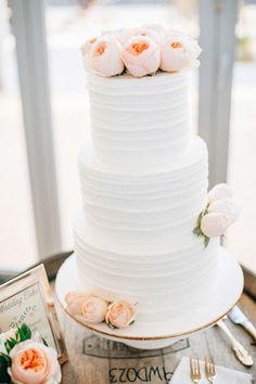Torta de boda decorada con rosas de color blush para una boda con un estilo romántico. #DecoracionBoda