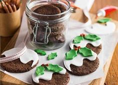 Share these edible Christmas gifts with your families and friends, from macaroon cookies with salted caramel filling to ginger truffles and Christmas fudge Edible Christmas Gifts, Christmas Buffet, Christmas Fudge, Edible Gifts, Christmas Treats, Christmas Baking, Christmas Foods, Christmas Art, Christmas Pudding Biscuits