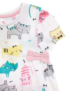 Update her seasonal wardrobe with this cat print set. Finished with a pretty bow detail, this is the perfect outfit for sunny days. Girls white cat print set Cat print Crew neck Short sleeves Bow detail Elasticated leggings Keep away from fire