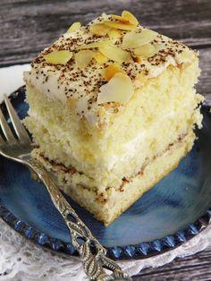 Bardzo lubimy deser tiramisu, i to on był inspiracją dla tego ciasta. Torcik jest łatwy i szybki do zrobienia, więc nie trzeba żadnej wię... Polish Recipes, Polish Food, Sweets Cake, Vanilla Cake, Cheesecake, Cooking Recipes, Cookies, Baking, Tiramisu