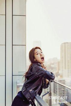 Kim Young Kwang hugs Park Shin Hye at Beijing concert Korean Actresses, Korean Actors, Actors & Actresses, Korean Star, Korean Girl, Asian Girl, Park Shin Hye 2015, Sung Lee, Park Min Young