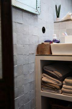 TOUCH this image: Dans la salle de bain, carreaux de ciment et carrelage su... by The Socialite Family
