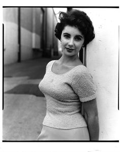 Elizabeth Taylor, age 17.     On the film set of  A Place in the Sun     Gorgeous woman. So much different from today's idols of beauty.