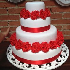 Bolo decorativo com rosas tudo feito em biscuit!
