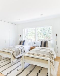 White and bright coastal kids bedroom design with two twin beds - Amber Interiors Home Interior, Interior Design, Interior Modern, Interior Ideas, Interior Inspiration, Two Twin Beds, Twin Bed Room, Twin Twin, Boy Room
