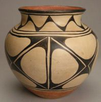 Santo Domingo pottery design with the use of negative effects.