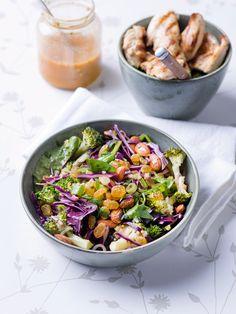 Broccolisalade met gegrilde kip en rozijnen