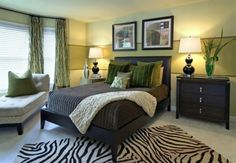 A border in a darker color accentuates this stripe, giving it emphasis and reflecting the richer colors of the room's palette.