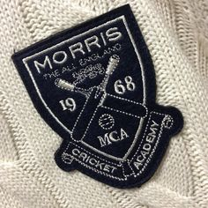 Vi följer upp med mer MORRIS som kommer att gå som smör i solsken! Embroidery Patches, Machine Embroidery, Cargo Shirts, Dj Logo, My Design, Logo Design, Scout Badges, Clothing Tags, Boy Fashion