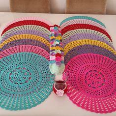 Rengarenk servis ve bardak kiliflari hazir sevglili icin yola cikacaklar guzel gunlerde kullanman dilegiyle canim siparis ve bilgi icin dm by neyonunannesi Crochet Mat, Crochet Dishcloths, Thread Crochet, Love Crochet, Crochet Doilies, Crochet Designs, Crochet Patterns, Crochet Table Topper, Hairpin Lace Crochet