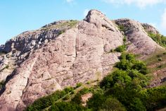 Гора Пахкал-Кая, место силы (Крым, Crimea) - http://moji.com.ua/item/gora-pahkal-kaya-mesto-silyi - Местоположение — 3 км от Ангарского перевала на северо-восток. Рядом находится гора Северная Демерджи и Эльхам-Кая . Так же сравнительно недалеко от этой достопримечательности расположен перевал Фуна. Для тех, кто решил посетить Демерджи, пожалуй, самый популярным является маршрут №128 «Перевал Ангарский-Поляна МАН», #crimea