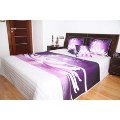 Přehoz na postel bílé barvy s motivem fialového květu - dumdekorace.cz