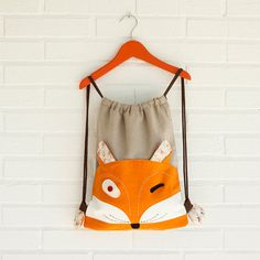 BABY BACKPACK Fox Paco A fun drawstring bag for your children, to take it to school, walk with their toys or extra a day trip. Two external pockets behind the ears. Elephant Bleu, Range Pyjama, Handmade Fabric Bags, Fox Fabric, Sewing Shorts, Fox Kids, Baby Backpack, String Bag, Sewing Projects For Kids