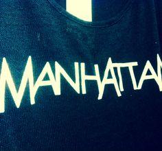 Ein weiteres New York T-Shirt Motiv - Manhattan! Schlicht in Schwarz und stets ein Blickfang. www.loveny.de #manhattan #nyc #newyork #shirts #loveny #tshirt