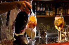 Descubra a cidade de Buenos Aires como um verdadeiro portenho e vá a bares speakeasy, degustações de vinho, aulas de tango e passeios de bike