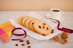 Crujiente galleta de nueces que tiene un delicado aroma a ron. Te apetecerá con un café.