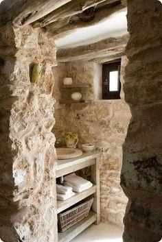 baño rústico con mueble de madera y lavabo de piedra