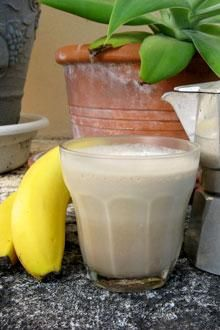 Quick Cafe Banana Manna - Left over espresso? Bananas in the freezer? Heres an easy, delicious, and nutritious way to start your breakfast or enjoy a healthy snack. Quick Healthy Meals, Good Healthy Recipes, Healthy Snacks, Banana Recipes, Smoothie Recipes, Ninja Coffee Bar Recipes, Banana Milk, Frozen Banana, Gluten Free Menu