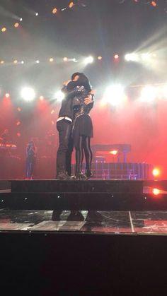 demi e joe se abraçando, cantando juntos ESSE É MEU FIM