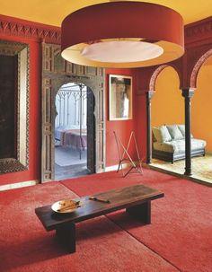Le rouge profond est mis à l'honneur dans un mariage de textures. Plus de photos sur Côté Maison http://petitlien.fr/84xd