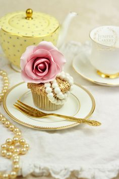 How to Design & Decorate Stylish, Couture-Inspired Cupcakes
