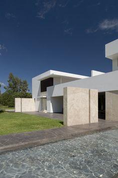 Son condiciones privilegiadas en todos los aspectos; el terreno y su contexto, el cliente y su programa, el arquitecto y su ambición por hacer una obra...