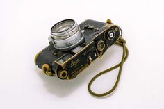 Vintage Camera Japan Camera Hunter: The Sean Flynn Leica - Camera Historica: The Sean Flynn Leica This is a story about a camera, a rather special camera. Every camera has a history, so they say. Leica M, Old Cameras, Vintage Cameras, Canon Cameras, Canon Lens, Leica Photography, Portrait Photography, Fashion Photography, Shopping