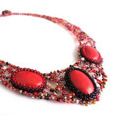 Jedná se o originální náhrdelník ušitý časově náročnou technikou freeformu. Střed náhrdelníku tvoří tři červené kabošony, které jsou obšité směskou skleněných korálků.  Zapínání je vyřešeno knoflíčkem ušitým z korálků a očkem. Jde tedy o šperk vhodný i pro alergiky, protože neopsahuje žádné kovové komponenty.  Délka kolem krku je cca 48 cm a náhrdelník krásně sedí na krku.  Jedná se o originální a jedinečný šperk, který bude skvělým a nezapomenutelným doplňkem. Freedom, Fashion, Liberty, Moda, Political Freedom, Fashion Styles, Fashion Illustrations