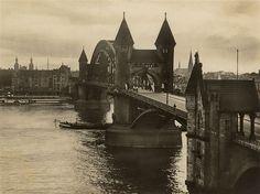☺ Alte Rheinbrücke zwischen Bonn und Beuel um 1920   Aus dem Nachlass meiner Großtante  Als Alte Rheinbrücke wird in Bonn die Vorgängerbrücke der Kennedybrücke bezeichnet, die an dieser Stelle die erste Brücke war und die Stadt Bonn mit der Gemeinde Vilich (Beuel) verband.  Im April 1896 begannen die Gründungsarbeiten und nach 33 Monaten Bauzeit konnte die Brücke am 17. Dezember 1898 für den Verkehr freigegeben werden.  Mit einer Spannweite von 187,92 Metern für den Haup