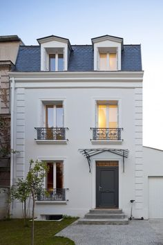 Street facade of the classic house in Vincennes France Traditional French House In Vincennes Gets A Sparkling Modern Extension Renovation Facade, Mansard Roof, Facade House, House Facades, House Exteriors, French Country Decorating, Classic House, Home Fashion, Exterior Design