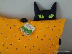 Almofada em tecido de algodão estampado com aplique divertido de gatinho escondido. Ideal para presentear! ! <br>Obs.: indisponível nesta estampa