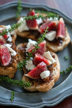 For Friday's Tapas Party Fig, goat cheese and caramelized onion bruschetta I Love Food, Good Food, Yummy Food, Yummy Yummy, Fingers Food, Snacks, Appetisers, Appetizer Recipes, Seafood Appetizers