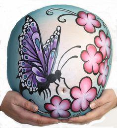 Bellypaint van vlinder op de buik van Chantal