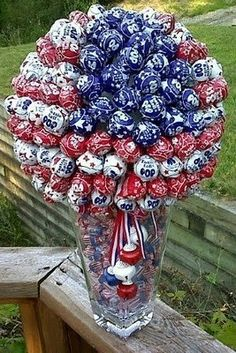 Red, White and Blue Tootsie Pop Bouquet  :) Great for a large July 4th get together where there will be lots of kids.
