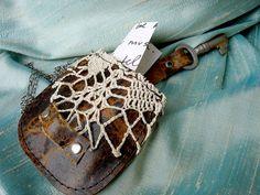 Cuir pochette collier dentelle Vintage et Antique Key - sac de médecine Upcycled Boho  Pour votre favori Bohème, steampunk, sentimental, amoureux