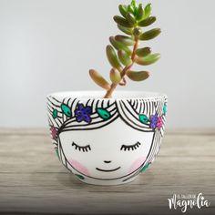 Suculenta en macetero de loza pintada a mano, ideal para decoración interior. Aquí encontrarás información de los cuidados de las suculentas.