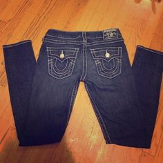 authentic true religion skinny jean sz 27 Bought it straight from Nordstorm few years back! In good condition with no rips. White thread detail on dark blue jeans True Religion Jeans Skinny