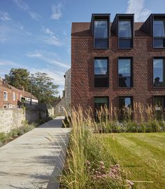 Awesome Artistic Exposed Brick Architecture Design - Page 20 of 46 Architecture Résidentielle, Architecture Student, Contemporary Architecture, Brick Building, Building Design, Building Plans, Boarding House, Brick Facade, Brickwork