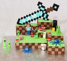 Gâteau au chocolat, glaçage meringue suisse à la vanille et ganache au chocolat. Décoré avec du fondant, des personnages Minecraft et une épée.