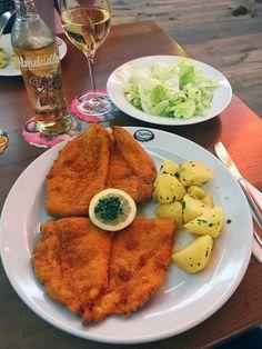 Brandauers-Schlossbraeu-Wien-Schnitzel-Dornroeschen-naeht Wiener Schnitzel, Cocktail Drinks, Cocktails, Vienna, Austria, Yummy Food, Breakfast, Travelling, Wanderlust