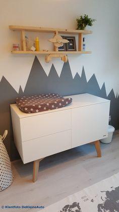 Vliegtuig wandplank op babykamer met grijze bergen op muur Blank nieuw steigerhout #vliegtuigwandplank #vliegtuigboekenplank #babykamer #grijs