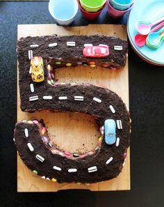 Hva passer vel ikke bedre enn å lage en kake formet som et 5-tall og bilbane til 5-åringen, som både er opptatt av tall og bokstaver - og som bare elsker Lynet McQueen?
