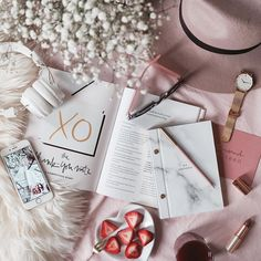 What a dreamy setup by @albaleader in rosy colors! How is your #2017 looking so far? Any milestones? #rosegold #youryear #rosytones #joandjudy #Regram via @joandjudy